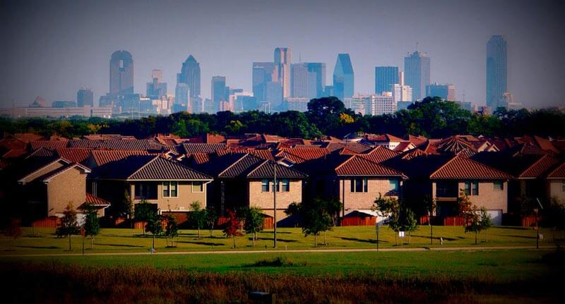 1024px-Dallas_skyline_and_suburbs