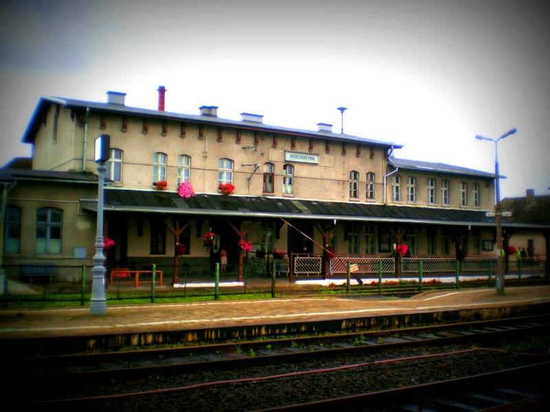 Stacja PKP we wschodniej części miasta, obok niej znajduje się Muzeum Kolejnictwa