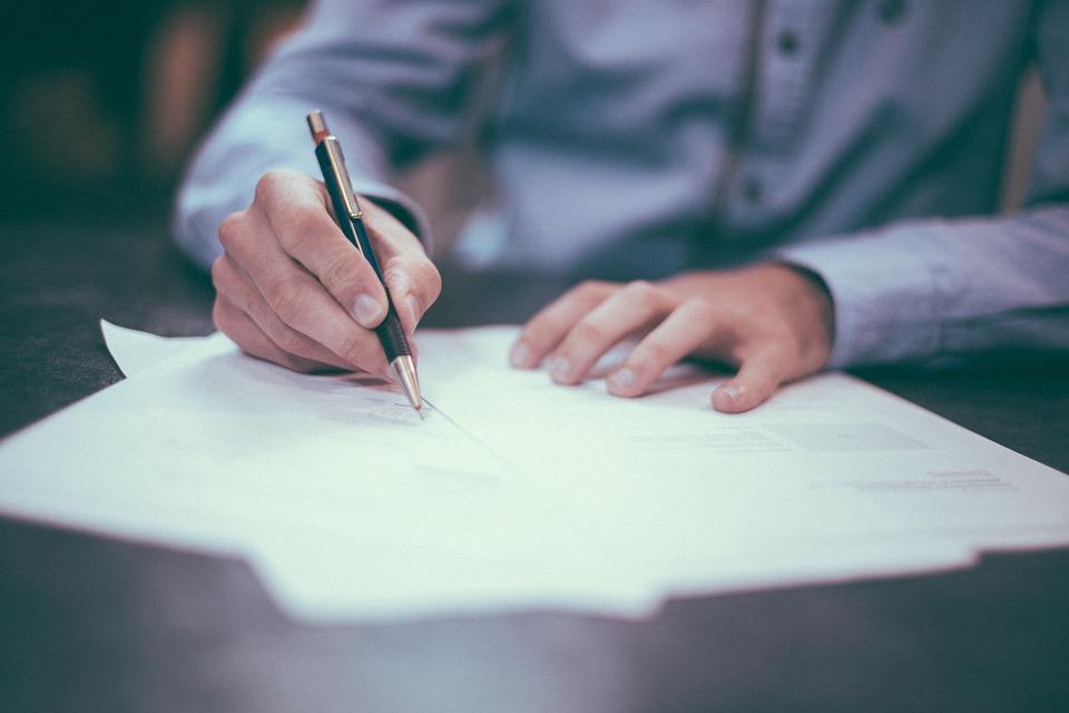 Przed podpisaniem umowy, doradca finansowy powinien wyjaśnić wszystkie niejasności